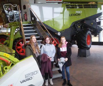 Ausgezeichnete MINT-Schülerinnen zu Besuch bei der Firma Claas